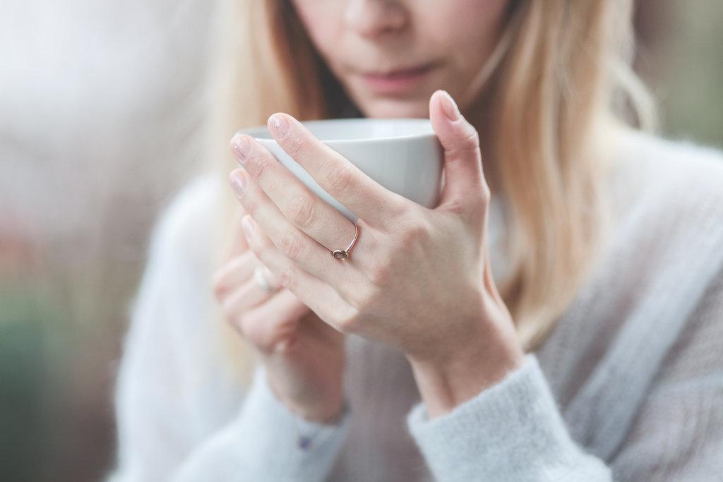 fotografia biżuterii, dziewczyna pijąca kawę